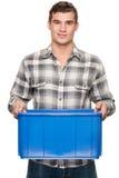 Uomo sorridente con la casella blu immagini stock