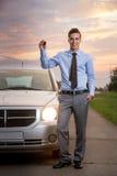 Uomo sorridente con la nuova automobile Fotografia Stock Libera da Diritti