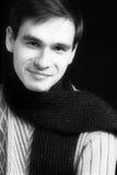 Uomo sorridente con la sciarpa Immagini Stock Libere da Diritti