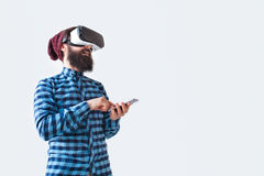 Uomo sorridente con lo smartphone ed i vetri di VR Fotografia Stock Libera da Diritti