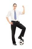 Uomo sorridente con un calcio che gesturing felicità Fotografia Stock