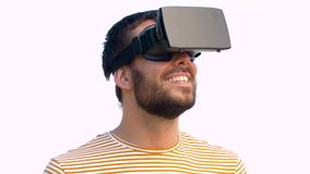 Uomo sorridente in cuffia avricolare di realtà virtuale all'aperto archivi video