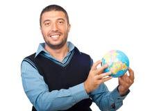 Uomo sorridente di affari che mostra un globo Fotografia Stock Libera da Diritti