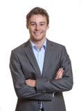 Uomo sorridente di affari con le armi attraversate Fotografie Stock Libere da Diritti
