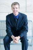 Uomo sorridente di affari con le mani piegate Immagini Stock Libere da Diritti
