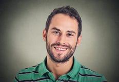Uomo sorridente di colpo in testa, professionista creativo fotografie stock
