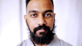 Uomo sorridente felice con la barba archivi video