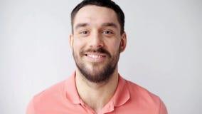 Uomo sorridente felice con la barba stock footage