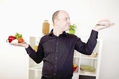 Equipaggi operare una scelta sull'alimento e sia a dieta Immagine Stock
