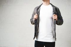 Uomo sorridente in maglietta e rivestimento in bianco bianchi immagini stock