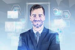 Uomo sorridente nella tecnologia facciale di riconoscimento del vestito fotografia stock libera da diritti