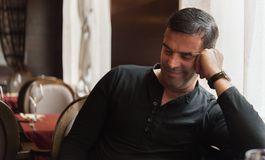 Uomo sorridente in ristorante Immagine Stock