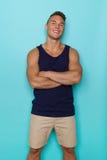 Uomo sorridente sicuro in canottiera sportiva blu fotografia stock