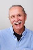 Uomo sorridente su priorità bassa bianca Fotografia Stock
