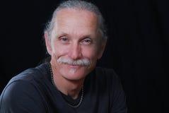 Uomo sorridente su priorità bassa nera Fotografia Stock Libera da Diritti