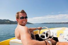 Uomo sorridente sul motoscafo Fotografie Stock Libere da Diritti