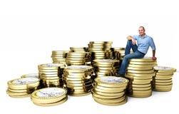 Uomo sorridente sull'euro moneta Fotografia Stock