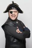 Uomo sorridente in un costume del pirata Fotografie Stock Libere da Diritti