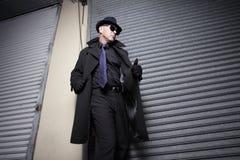 Uomo sospettoso in un cappotto fotografia stock libera da diritti