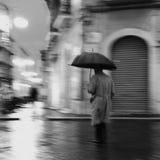 Uomo sotto l'ombrello Fotografie Stock Libere da Diritti