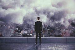 Uomo sotto la pioggia e le nuvole sulla cima di costruzione Fotografie Stock Libere da Diritti