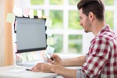 Uomo sovraccarico con gli autoadesivi sul computer Immagini Stock Libere da Diritti