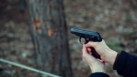 Uomo sparato con una pistola video d archivio