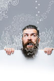 Uomo spaventato barbuto con carta e l'acquario fotografia stock