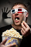 Uomo spaventato che guarda film 3D Immagini Stock Libere da Diritti