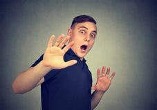 Uomo spaventato con espressione facciale colpita Immagini Stock Libere da Diritti