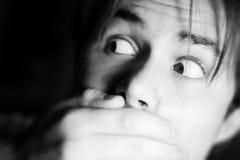 Uomo spaventato con la mano sulla bocca Fotografia Stock Libera da Diritti