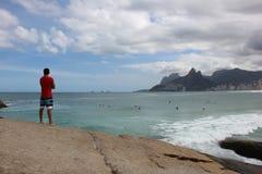 Uomo in spiaggia di Arpoador Immagini Stock Libere da Diritti