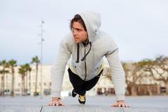 Uomo spinto dall'allenamento del pavimento di mattina Fotografia Stock Libera da Diritti