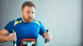 Uomo sportivo che fa gli esercizi per rinforzare i muscoli della parte posteriore alla palestra stock footage