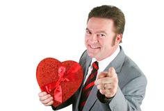 Uomo sposato con un cuore del biglietto di S. Valentino immagini stock