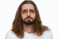 Uomo stanco con i cerchi esauriti di buio e del fronte sotto gli occhi immagini stock