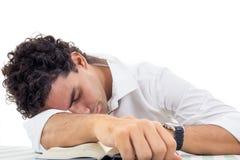 Uomo stanco con i vetri in camicia bianca ed in legame che si siedono con il libro Fotografie Stock Libere da Diritti