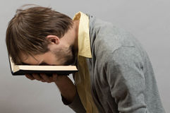 Uomo stanco di un libro privo d'interesse immagine stock libera da diritti