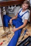Uomo stanco durante la riparazione del lavandino Immagini Stock Libere da Diritti