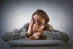 Uomo stanco sul lavoro Fotografie Stock Libere da Diritti
