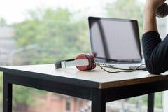 uomo startup che usando su un computer portatile, facente chiamata, facendo uso del telefono, tal Fotografia Stock Libera da Diritti