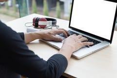 uomo startup che usando su un computer portatile mentre sedendosi la tavola di legno MA Fotografia Stock Libera da Diritti