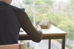 uomo startup che usando su un computer portatile, scrivente nota mentre sedendosi il wo Immagini Stock