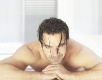 Uomo in stazione termale Fotografie Stock