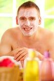 Uomo in stazione termale con la mascherina fotografia stock