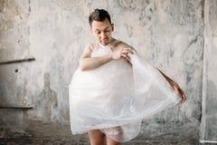 Uomo strano nudo avvolto in film d'imballaggio fotografia stock libera da diritti