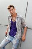 Uomo strano sorridente che porta i basamenti strappati dei jeans Fotografia Stock Libera da Diritti