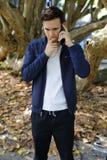 Uomo stressante sul telefono Fotografia Stock Libera da Diritti