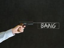 Uomo che indica una pistola con il segno di colpo Fotografia Stock Libera da Diritti