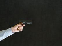 Uomo che indica una pistola Fotografie Stock Libere da Diritti